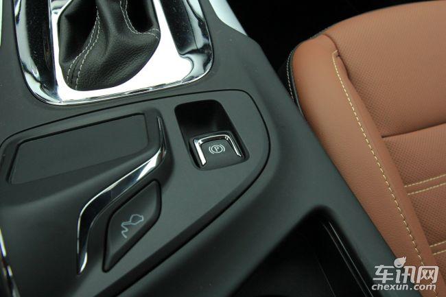 君威的底盘并无更多新意,但麦弗逊与多连杆悬挂组合还是调校得比较运动,加上方向系统指向精准,轴距也不大,因此君威灵活性在中型车是比较出色的。配置来看,前排侧气囊、ESP车身稳定系统、电动天窗、真皮座椅、主驾驶席电动座椅、前排座椅加热、车内氛围灯、LED日间行车灯、双区自动空调、后座出风口、安吉星、无钥匙进入/启动系统,多功能方向盘、定速巡航,再加上前/后排头部气囊都没有缺席,无论从用车性价比还是偏向运动操控而言,都很让人满意。