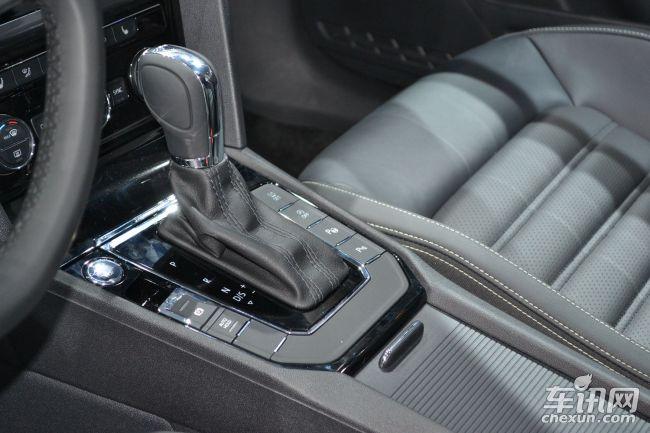 新车背景介绍   MQB平台是大众最新的模块化生产平台,可以生产从A00级、A0级、A级和B级车。未来大众集团各品牌这4个级别的所有车型都将出自这一平台。目前已经采用这一平台国产的车型包括一汽大众高尔夫、一汽奥迪A3和斯柯达明锐,而上海大众凌渡则是上海大众首款基于MQB平台推出的车型。    其实凌渡的原型车是于2014年北京车展上亮相的概念车NMC,这也是大众首次推出紧凑型轿跑车。凌渡正是NMC的量产版,在整体风格上延续原版设计,而在细节上明显的进行了量产化的改造。凌渡在中国首发也在中国上市,未来有