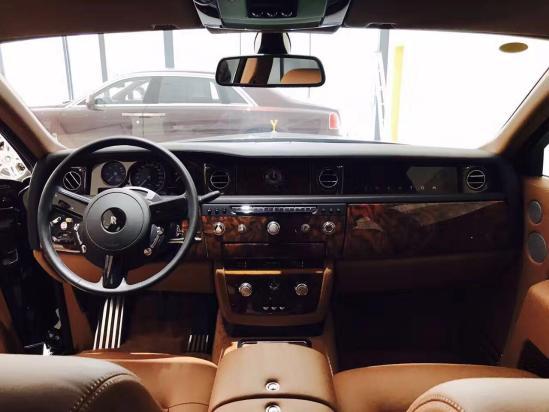 V12发动机静静的窝在发动机舱内,除了启动后会用富有磁性的嗓音嘶