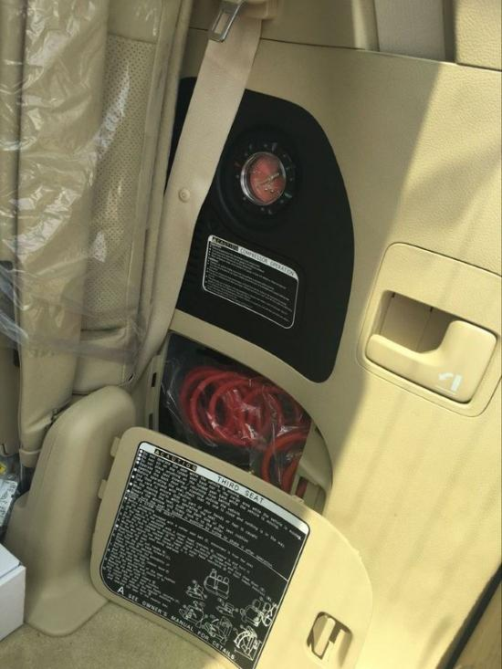 2016款丰田酷路泽5700GXR气泵版新车前脸整体凸显彪悍与霸气,锐利的前大灯与镀铬进气格栅紧紧相连,极有一副锐不可当的架势。镀鉻的前中网与后灯镀鉻装饰加上后镀鉻牌照架显得更具军人般的硬朗气质。   24小时贵宾张经理   2016款丰田酷路泽5700GXR气泵版新车操控台没有过于繁杂的操控按钮,但却凝结了越野车型在简洁之间将所有功能集结于其中的驾驶乐趣。内部空间采用了符合人体工学的设计理念,内部空间非常充裕,座椅采用真皮包裹。也在继承传统底盘的基础上焕然一新。   24小时贵宾张经理   2016
