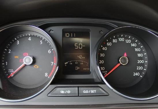 销售24小时热线 ; 15701155525 董经理 配置方面, 新款朗逸基于老款车型的基础上进行了升级,新增了LED日间行车灯、离回家功能和感光自动开启功能、10处车内氛围灯、6向电动调节驾驶员座椅与手套箱风冷功能等配置;此外,全系还配备了CIean Air PM2.5粉尘过滤装置,可以有效保证车内空气质量;Mirror 手机映射功能则可以在中控台显示屏上执行如收发短信、拨打电话、播放音乐等手机上的所有操作,轻松实现人机互动。