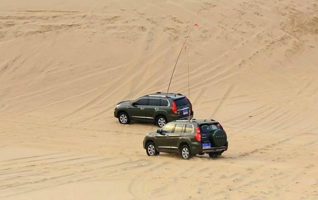 """库伦沙漠横贯库伦旗北部全境,绵延近百里,形成了宏伟壮观的沙漠风光,素有""""八百里瀚海""""之称。蒙古语称为""""塔敏查干"""",意为""""魔鬼、地狱"""",足见该沙漠之凶险。库伦沙漠总面积近300平方公里,是东北地区最大的沙漠带。在这浩瀚的沙海中,植被稀少,除了腹地生长着黄柳条、沙蒿、骆驼莲等少许沙漠植被外,一概都是金光灿灿的黄沙,连绵起伏,广阔无际。   注:汽车市场价格多变,文章内的价格信息为编辑在市场上采集到的当日实时价格,以当日为准。同时此价"""