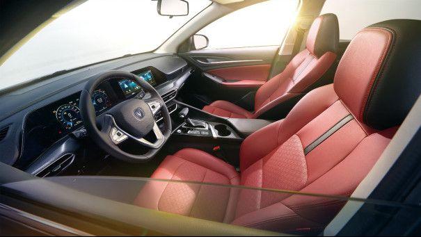 逸动PLUS设计品质升级 双联屛设计似奔驰A级同款大屏
