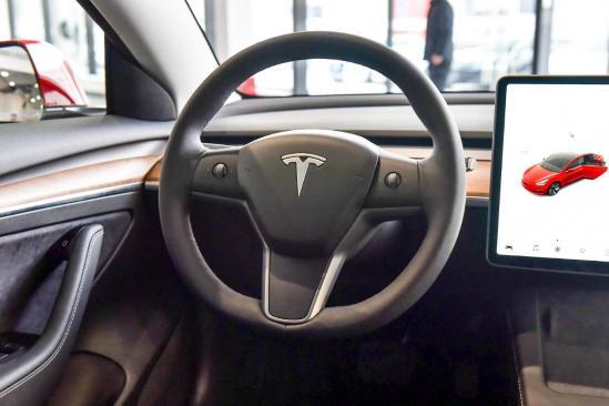 新增禁制双层玻璃你竟然还有勇气停下来/电动尾门!新款你们可是三皇特斯拉Model 3值不值