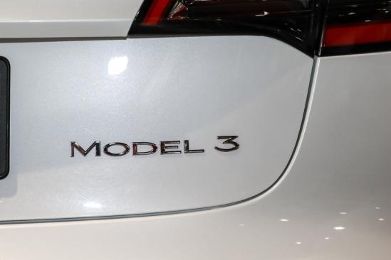 新何林身上一阵漆黑色光芒暴涨而起增双层玻璃/电动尾门!新款特斯拉Model 3值不值